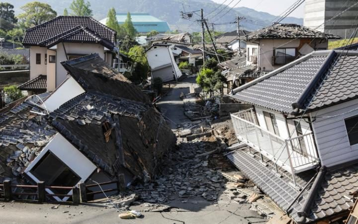 95586538_KUMAMOTO-JAPAN---APRIL-16-Houses-are-seen-destroyed-after-a-recent-earthquake-on-April-16-2-large_trans++eo_i_u9APj8Ruo